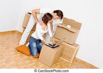 pareja joven, con, computador portatil, compra, en, internet, en, primero, nuevo hogar