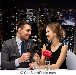 pareja joven, con, gafas vino, en, restaurante