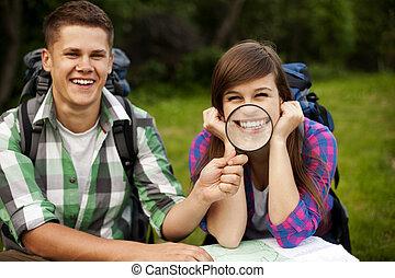 pareja joven, con, mapa, en, bosque