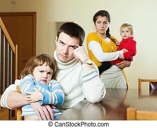 pareja joven, con, niños, en, pelea, en casa