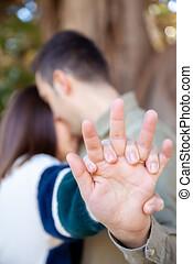 pareja joven, coquetas, en, un, parque público, con, manos,...