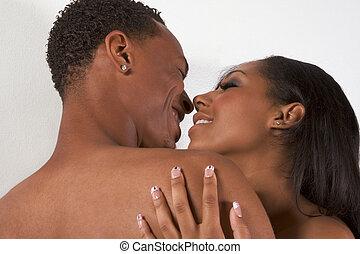 pareja joven, desnudo, hombre y mujer, enamorado, besar