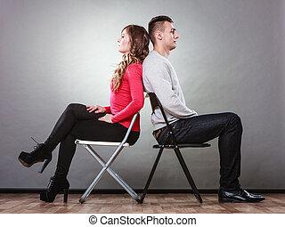 pareja joven, después, pelea, el sentarse detrás, a, espalda