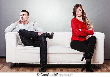 pareja joven, después, pelea, se sentar sobre sofá