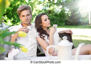 pareja joven, el gozar, almuerzo, en el jardín