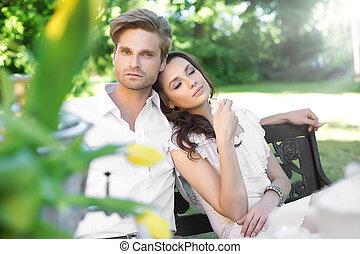 pareja joven, el gozar, café, en el jardín