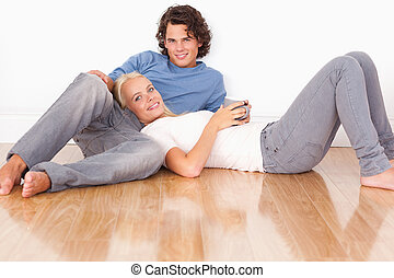pareja joven, el sentarse junto
