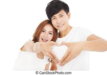 pareja joven, elaboración, forma corazón, por, manos