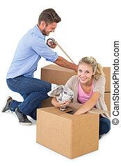 pareja joven, embalaje, mudanza, cajas
