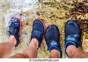 pareja joven, en, agua, zapato