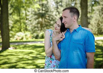 pareja joven, en, ambulante, ropa, reclinación encendido,...
