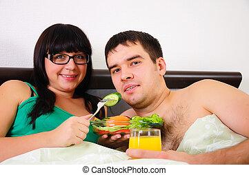pareja joven, en, desayuno