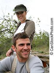 pareja joven, en el campo
