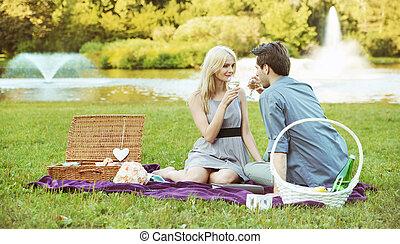 pareja joven, en, el, picnic