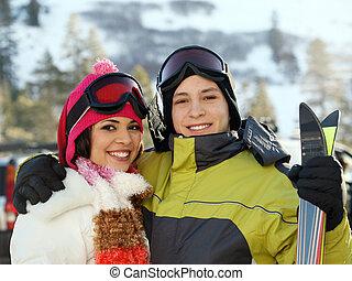 pareja joven, en, esquí, recurso