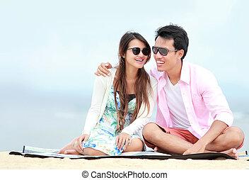pareja joven, en la playa