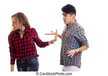 pareja joven, en, tartán, camisas, discusión