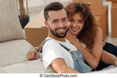 pareja joven, en, un, nuevo, apartment., concepto, de,...
