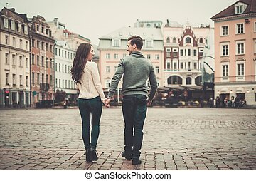 pareja joven, en, viejo, europeo, pueblo