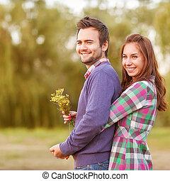 pareja joven, enamorado, ambulante, en, el, otoño, parque, cerca, el, river.