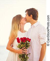 pareja joven, enamorado, hombre, dar, mujer hermosa, ramo, de, rosas rojas, romántico, fecha