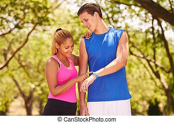 pareja joven, entrenamiento de los deportes, condición física, fitwatch, pasos, mostrador