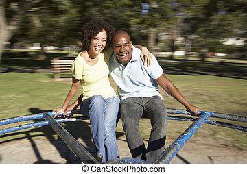 pareja joven, equitación, en, indirecto, en el estacionamiento