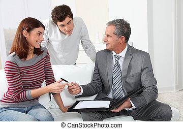 pareja joven, firma, alquilar, contrato, con, agente...