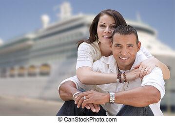 pareja, joven, hispano, crucero, frente, barco, feliz