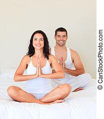pareja joven, meditar