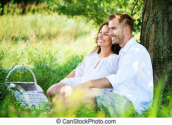 pareja joven, merienda campestre que tiene, en, un, park., familia feliz, al aire libre