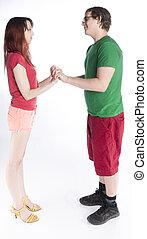 pareja joven, mirar hacia sí, con, manos de valor en cartera