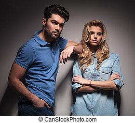 pareja joven, mirar la cámara