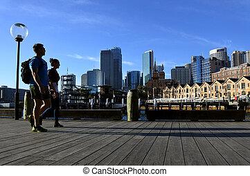 pareja joven, paseos, por, sydney, muelle circular, sydney, nueva gales del sur, australia