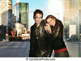 pareja joven, posar, encima, ciudad, plano de fondo