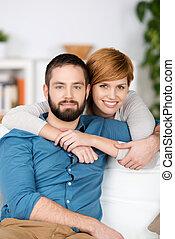 pareja joven, relajante, sofá