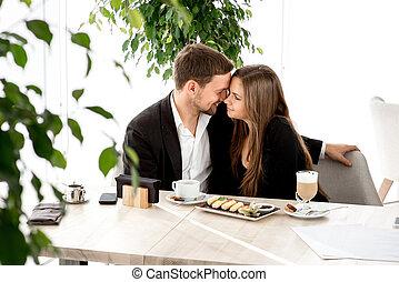 pareja, joven, restaurante