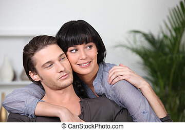 pareja, joven, se abrazar