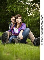 pareja joven, sentado, en, claro