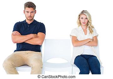 pareja joven, sentado, en, sillas, no, hablar, durante, argumento