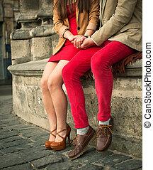 pareja joven, sentado, en, verano