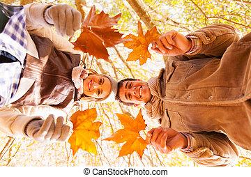 pareja joven, tenencia, hojas