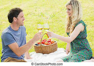 pareja joven, tener un picnic