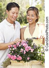 pareja joven, trabajando, en, jardín