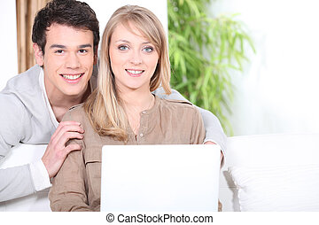 pareja joven, utilizar, un, computadora de computadora portátil, dentro