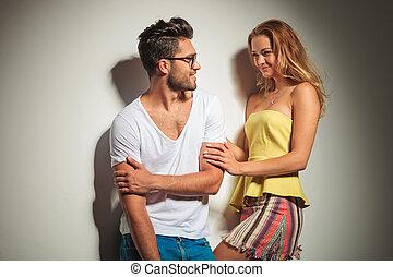 pareja joven, vestido, colorido, es, tener diversión, mientras, el mirar, eachother