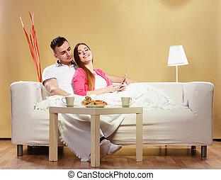 pareja, lectura, ebook, el relajar en el país, en, sofa.