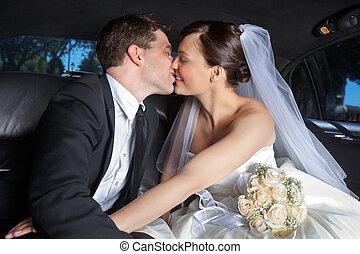 pareja, limusina, beso, boda