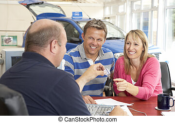 pareja, llenando, papeleo, en coche, sala de exposición