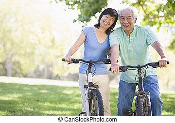 pareja madura, bicicleta, riding.